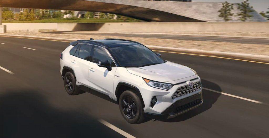 В России стартуют продажи новых кроссов марки Toyota RAV4