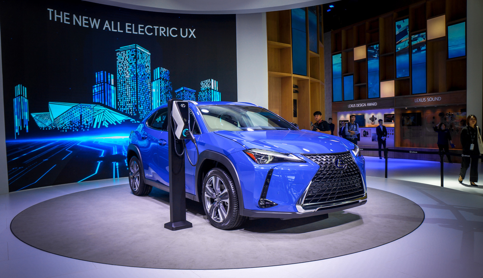 Представлен Lexus UX 300e — первый электрический автомобиль премиальной марки