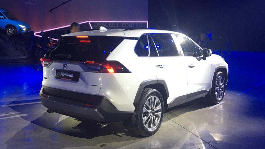 Кроссовер Toyota RAV4 в новом поколении представлен в Москве